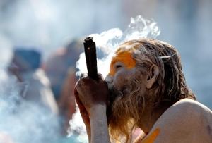 img_pod_Hindu-holy-man-smokes-marijuana-Pashupati-Temple-Kathmandu
